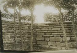 En hörna av en mur vid ett befästningsverk.