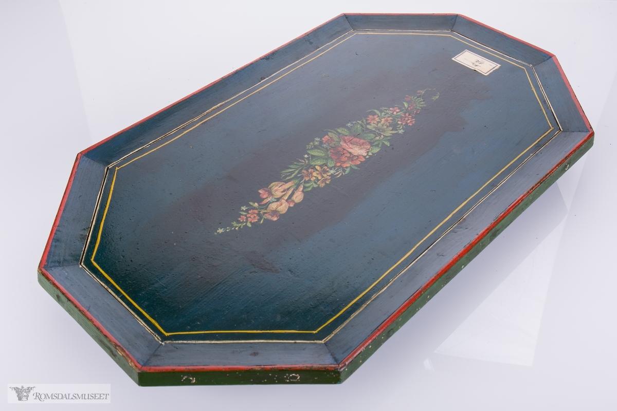Brettet har en dekor som skrår svakt oppover. Brettet har 2 bein med 3 kuler. Ytterste kuler er større= 4 kubbein