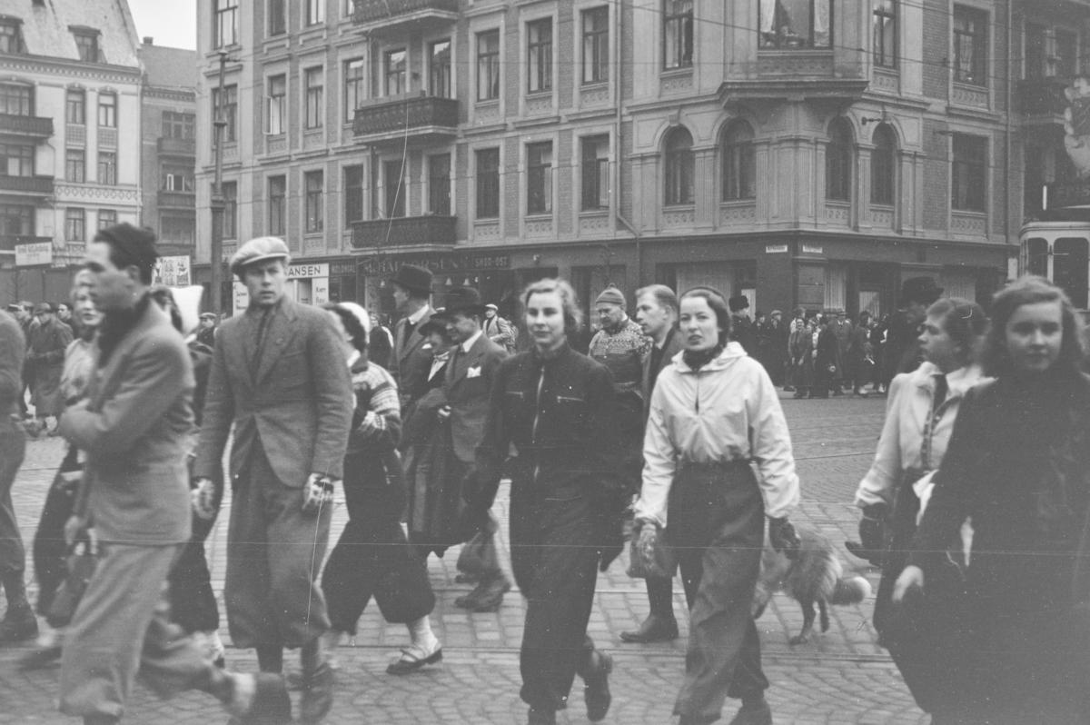 Holmenkollrennet 1939. Kø foran Majorstuen stasjon i påvente av transport med Holmenkolbanen.