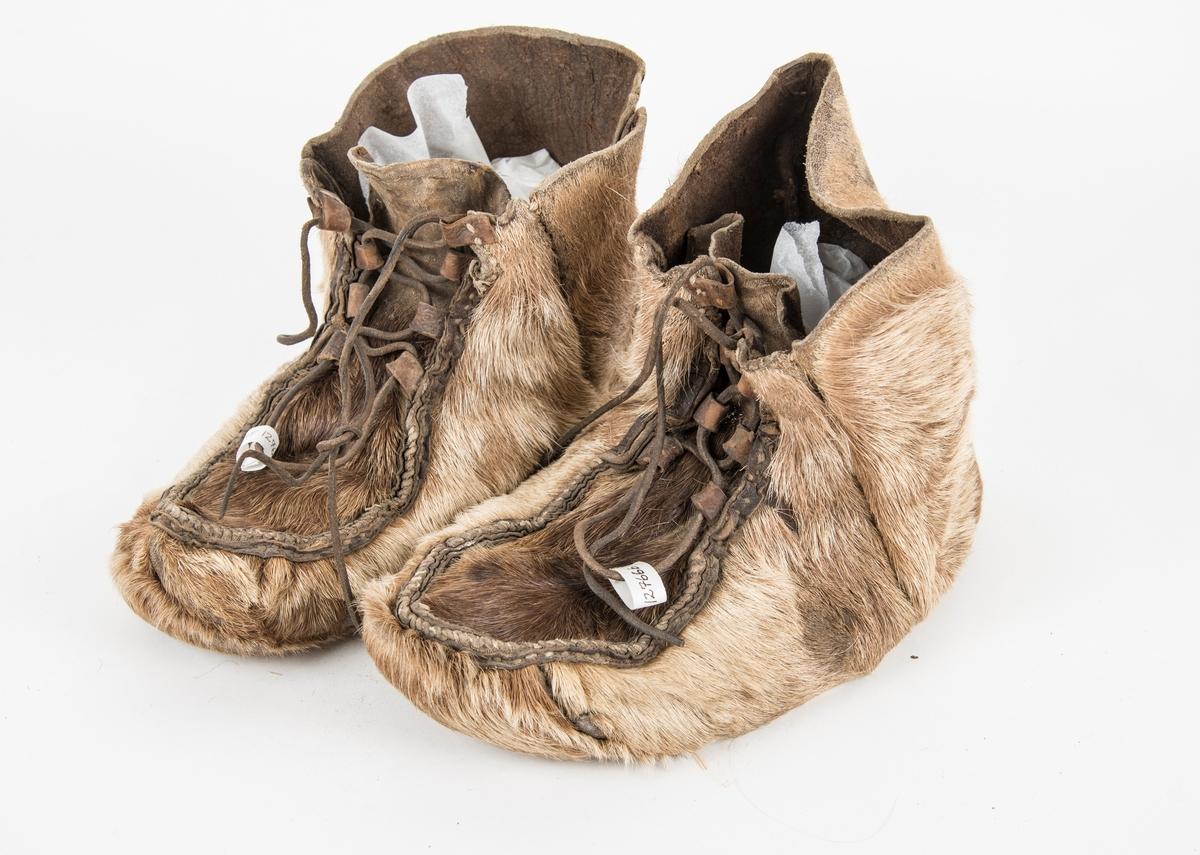 Sko, fetsko i reinskinn, A+B. Sett saman av fem deler. Påsydde hemper til snøring med skinnreimar.