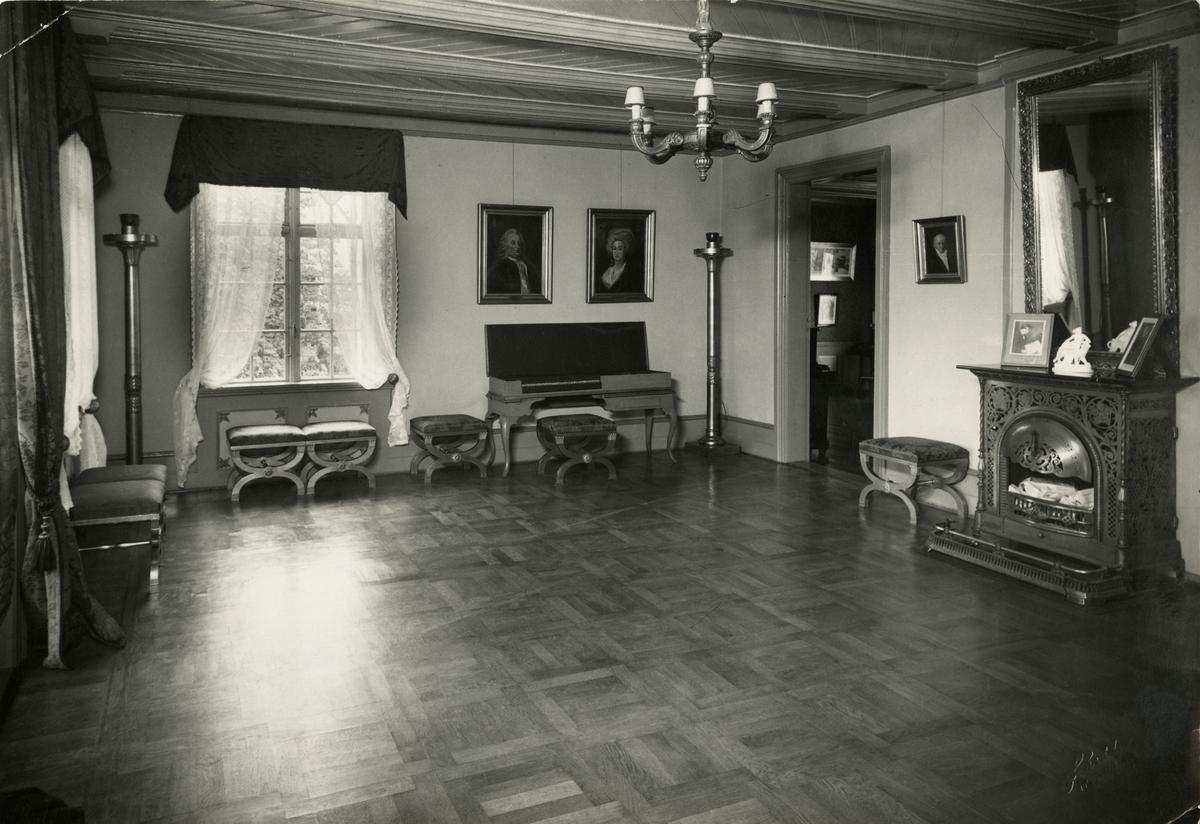 Bilde fra ballsalen (dansesalen) i hovedbyggets 2.etasje.