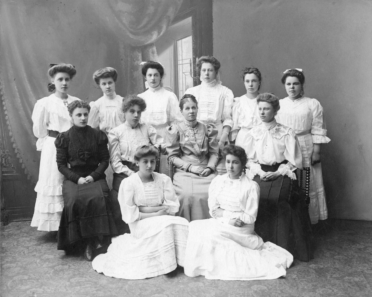 Skolklass med flickor.Hedda Arosenius lärare. Sekelskifte 18-1900.