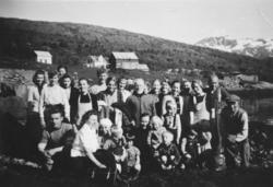 Bygdefolk i Valvågen tar avskjed med evakuerte. 1945