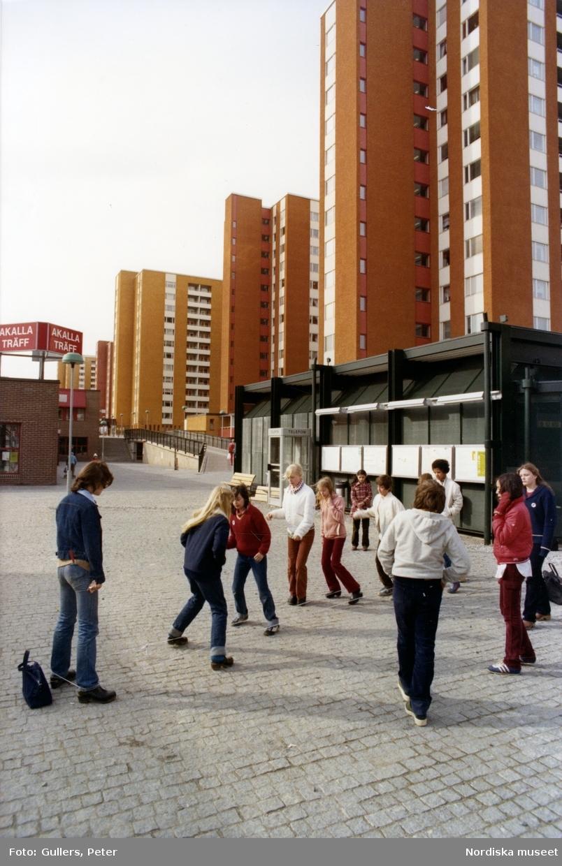 Barn leker på torget i stockholmsförorten Akalla.