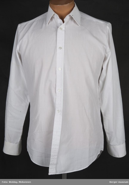 En helt ordinær herreskjorte til bruk i f.eks. uniform.