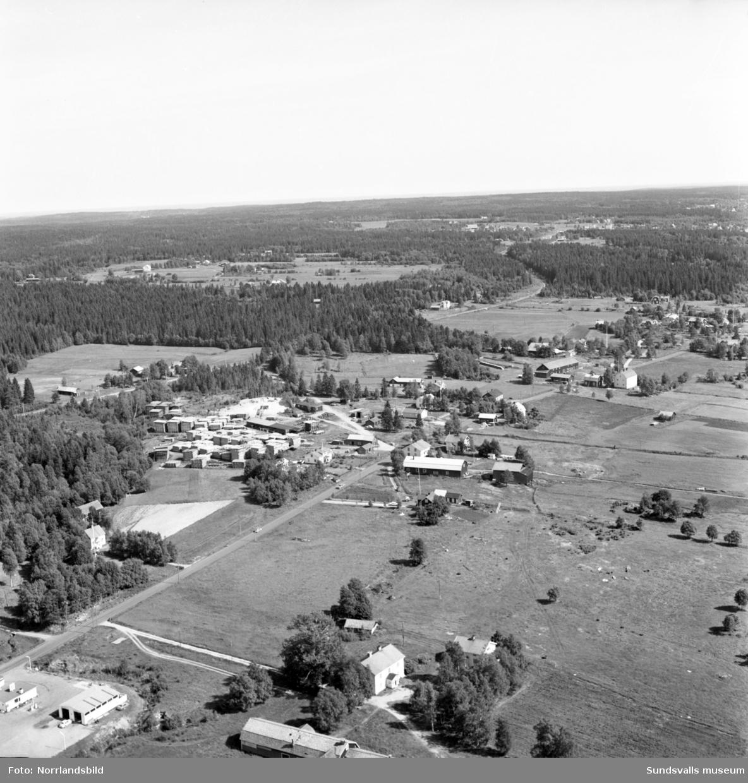 Flygfoto över Torsboda fotograferat söderut från E4. I bildens nedre vänsta hörn skymtar bensinmacken.