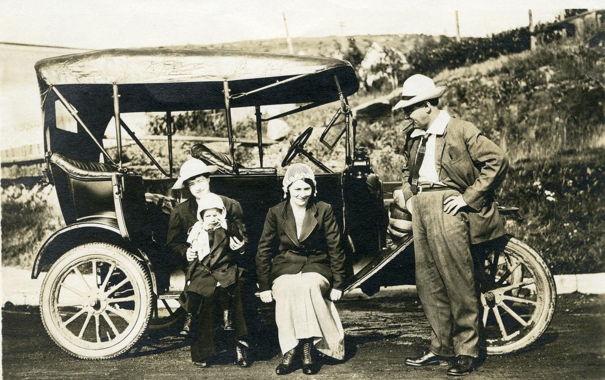 Bil frå 1920- åra. Personane er truleg Hovi-folk.