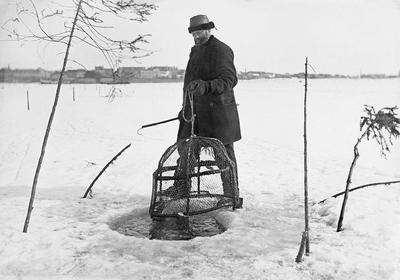 Isfiske med mortteine i Mjøsa.