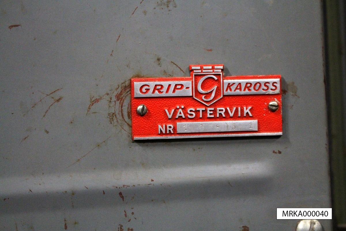 Ursprungsbenämning: Volvo L2204  Data: Motor: VOLVO A 6. Antal cylindrar: 6 st Effekt: 105 hk vid 3 000 varv/min Bränsle: Bensin Tankvolym: 95 liter. Förbrukning: 4,5 liter/mil Vinsch: 85 m stållina.   Dragkraft: 4 000 kg med enkel lina. Maxfart: 90 km/tim Antal passagerare: 5 st