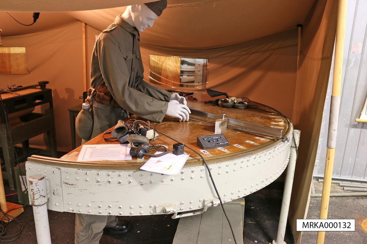 Materielbeskrivning: Skjutbord m/33-37 består av följande huvuddelar: Stomme med bordsskiva Orienteringsbalk Släde Batteriarmsplatta  Stommen som är tillverkad av stålplåt och försedd med tre ben har en bordsskiva av härdad masonit. I centrum av bordets raka kant är fastsatt ett lager för axeltappen kring vilken orienteringsbalken samt mätarm A och basarm är lagrade. I bordsskivans kant finns en skena med bäringsskala för inställning av mätarm A. Bäringsskalan är graderad i streck med besiffring av var 10:de streck.  100-tal och 1000-tal införs med blyerts vid orientering av skjutbordet. Orienteringsbalken lagras i axeltappen och är försedd med en låsanordning för fastlåsning till stommen. Balken är försedd med styrlister för släden, samt har på båda sidor en avståndsskala, vilken liksom alla andra avståndsskalor är i skala 1:20 000. Släden är förskjutbar längs balkens styrlister och kan låsas med en låsbult. Slädens främre del är utförd som en bärarm i vilken batteriarmsplattan är lagrad. Batteriarmsplattan är försedd med två bäringsskalor som kan röras i förhållande till varandra, för att man skall kunna orientera batteriarmen. Batteriarmen är fäst till plattan så att avläsningskanten går genom batteriarmsplattans centrum. Den är försedd med en avståndsskala från 600 – 25 000 m med var 20:de meter besiffrad. Mätarm A som lagrar kring stommens axeltapp är försedd med en avståndsskala från 1 000 m till 19 600 m med var 20:de meter besiffrad.