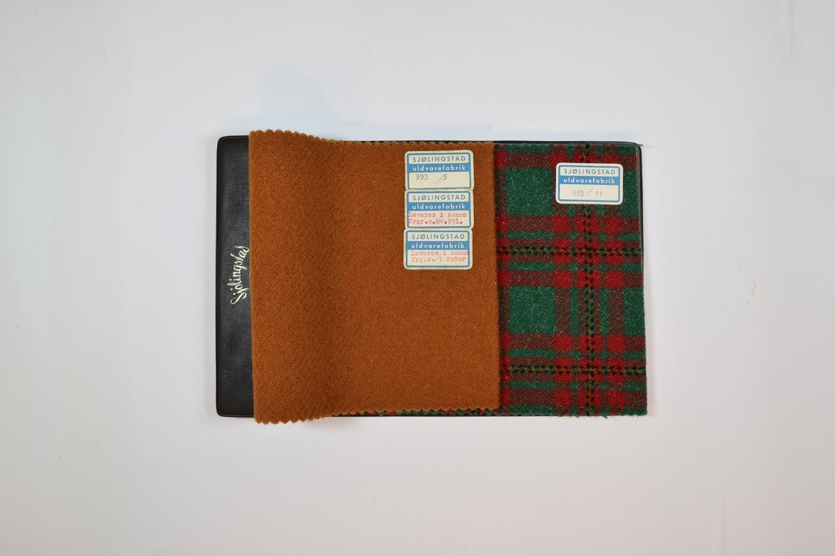Hefte med tekstilprøver av to ulike tykke ullstoffer. Det første stoffet er monokromt, det andre andre stoffet har fire farger og er rutemønstret. Stoffprøvene ligger brettet dobbelt i boken slik at vranga dekkes. Stoffene er merket  i høyre hjørne med en firkantet papirlapp festet med lim. På merkelappene er det trykket tekst. Heftet er av plast, og består av en klaff på forsiden som er festet til en bakplate med skruer som går gjennom stoffprøvene.  Stoffene er vevet med kyperbinding, og begge stoffene har vev i en retning. Bakerst i heftet er en plastlomme med et papir-skjema med informasjon om stoffet.  Stoff nr.: 993/5, 993/11