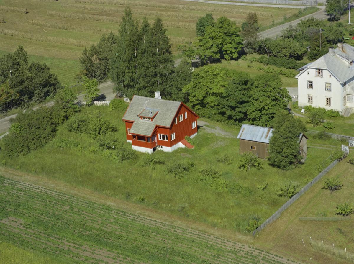 Vingrom, bildet er merket Høysveen med en rød bygning i forgrunnen og en hvit bygning bak, bygninger, kulturlandskap