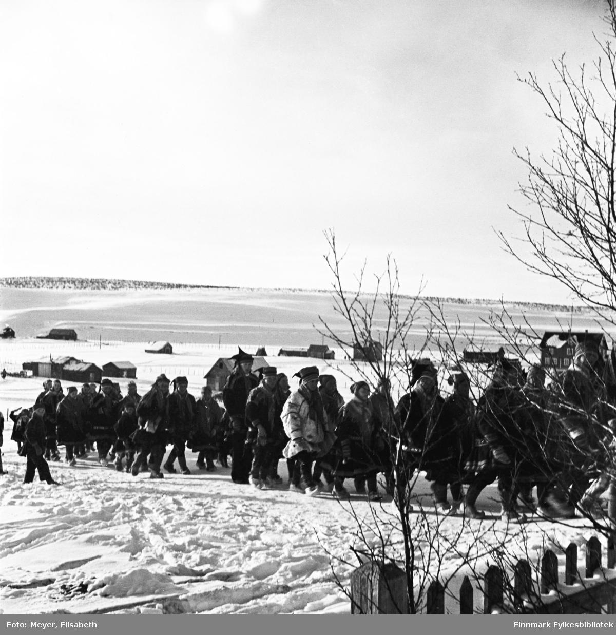 Brudefølge i Kautokeino,  fotografert i ved påsketider 1940.