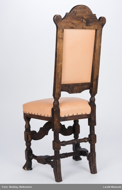 Teknikk: skåret,høvlet,dreiet,malt,bakstolper i ett med dreiede bakben,forben med dyreføtter, trekk rygg og sete festet med messingstift Form: regence Høyrygget