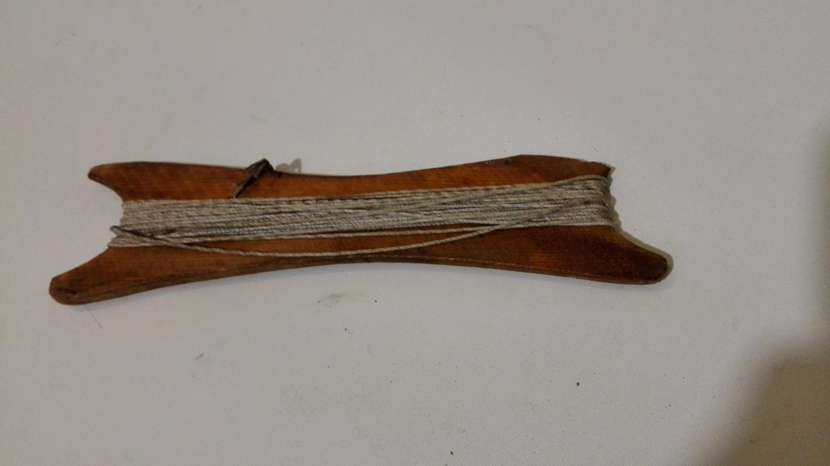Tresule med sbor, brukt till lengdemål ved båtbygging.