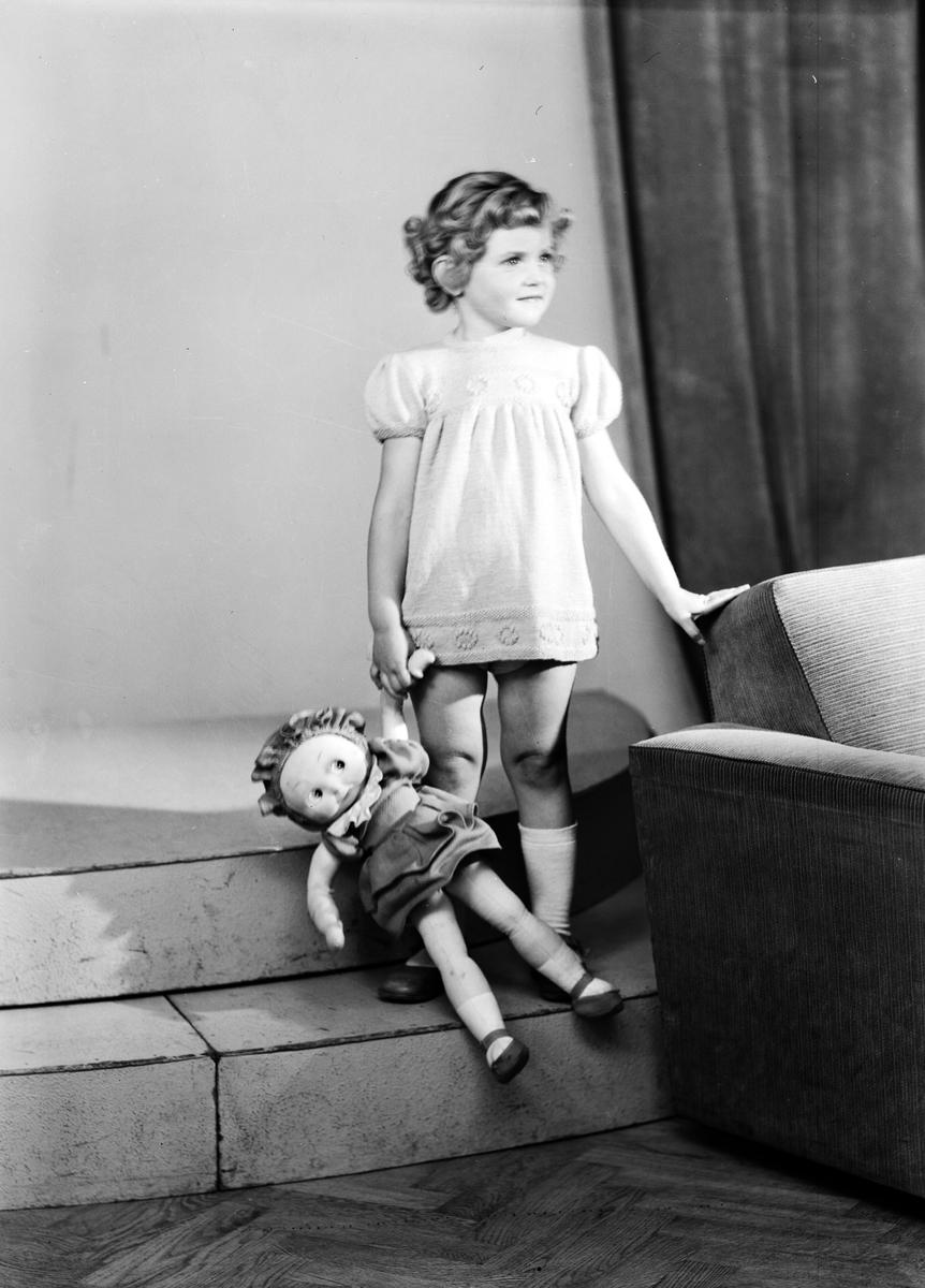 Ferdinand Sjöbergs garn. Barnmodell visar en stickad klänning av garn från Sjöbergs
