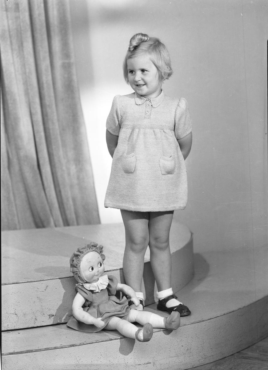 Ferdinand Sjöbergs garn. Barnmodell visar stickad klänning med garn från Sjöbergs