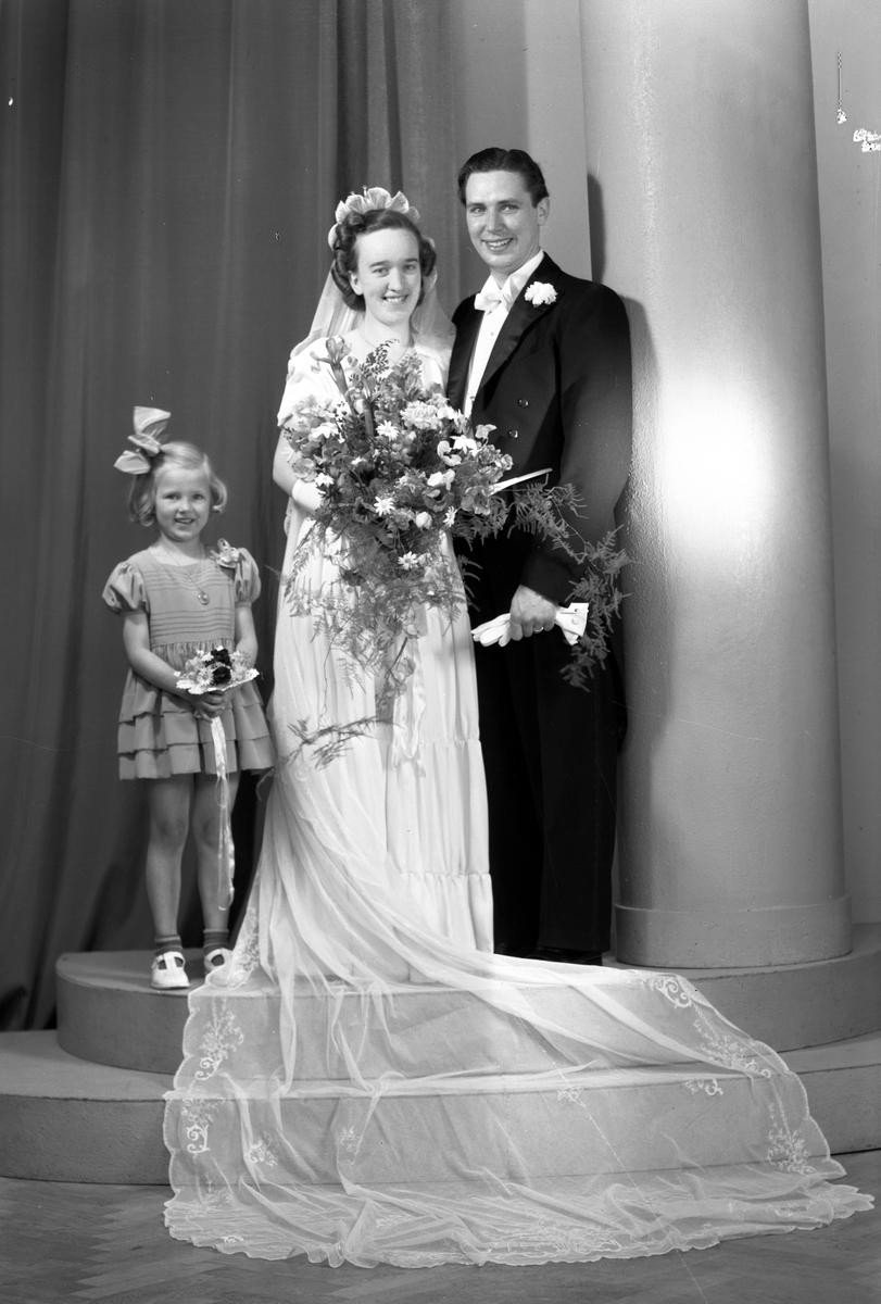 Brudparet Erik Eriksson, Åby, Östervåla. Maj 1945.