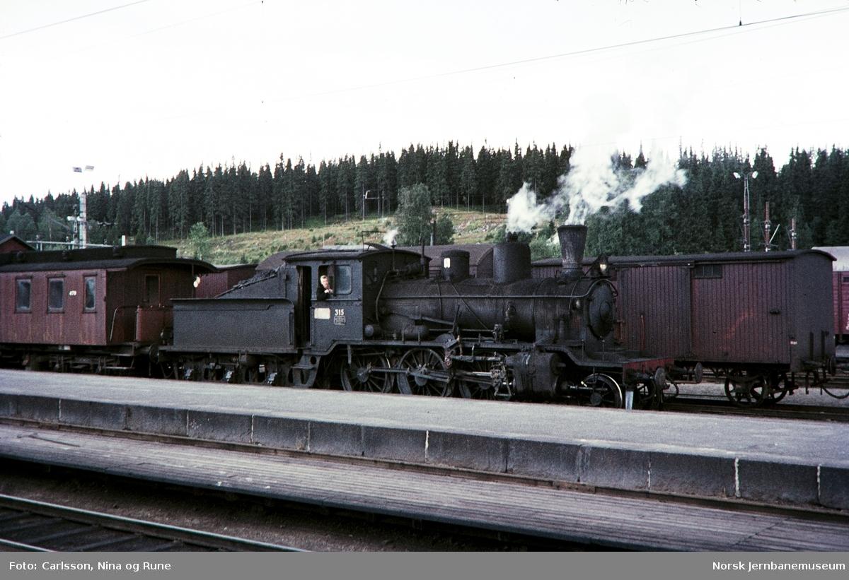 Damplok type 21b nr. 315 foran persontog (til Skreia?) på Eina stasjon
