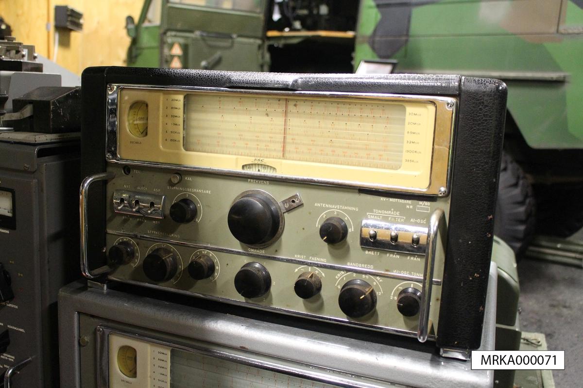 Ursprungsbeteckning: Mottagare Typ BRT 400 S, Nr 529  Data: Typ: Superheterodyn med 11 elektronrör Frekvensområde: I 6 band, 150 – 350 Khz och 550 Khz – 33Mhz Strömförsörjning: AC 95/130V alternativt 195/250V Modulation: A1, A1K, A2, A3, A3 TONSKIFT och F1  Utförande: Bordsmodell i metall alternativt i 19-tum för rackinstallation Ljudutgång: Yttre högtalare eller hörlurar