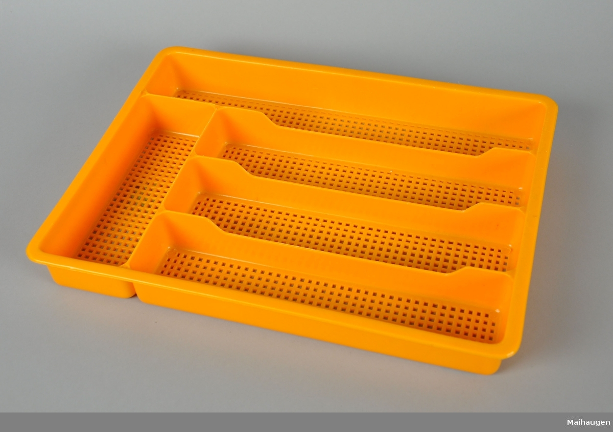 Bestikkskuff av gul plast, med gjennombrutt bunn.
