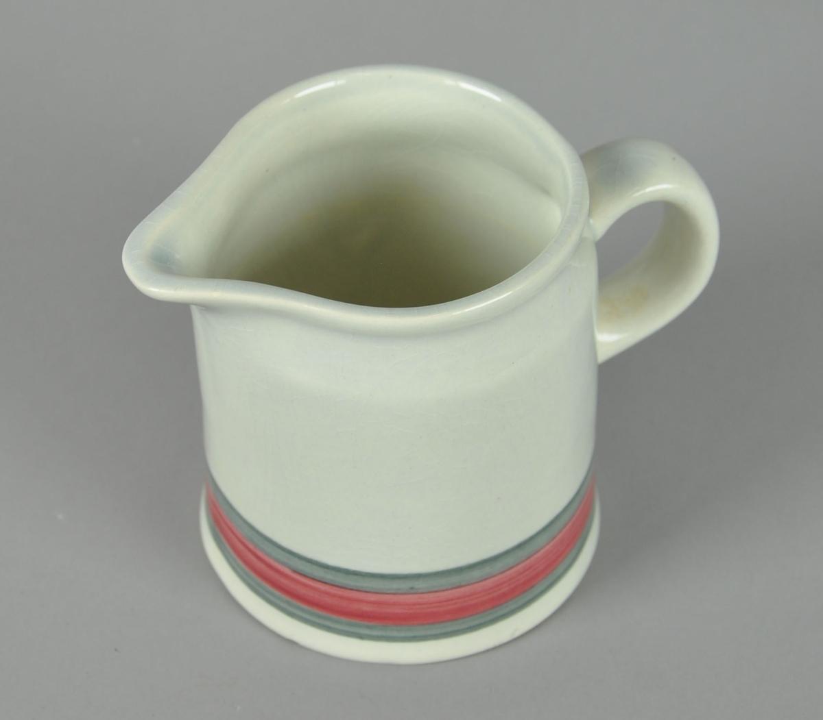 Fløtemugge av glassert keramikk. Har helletut og hank. Påmalte striper ved bunn, i grå og røde farger.