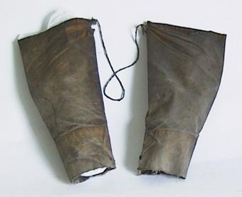 Armskydd av bomullsväv, behandlade med linolja. Består av två ärmar hopsatta med fiskgarn.