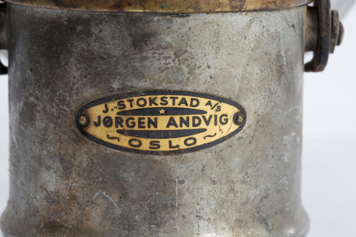 """LAMPE MED HÅNDTAK OG STOR HJEMMELAGET REFLEKTOR, DOBBELTHANE. """"J. STOKSTAD A/S. JØRGEN ANDVIG, OSLO"""" BRUKT AV ELEKTRIKER."""