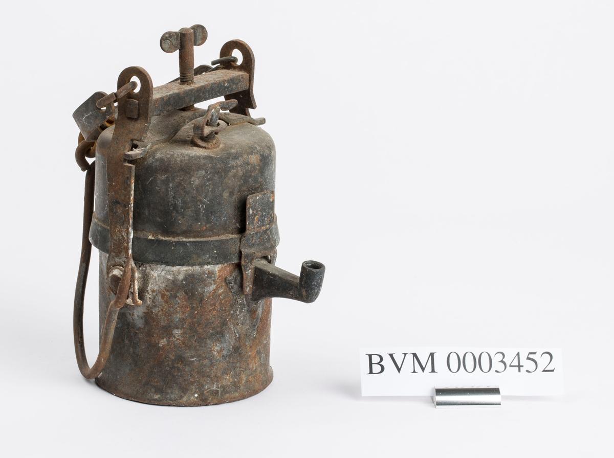 KARBIDLAMPE FUNNET PÅ 140 M. LAMPA ER LITT RUSTEN MEN ELLERS I GOD FORFATNING.