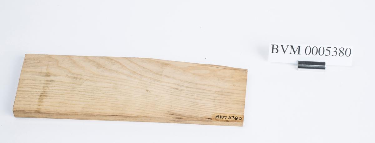 Treplate i edeltre funnet sammen med de øvrige redskapene til trearbeid. Kanskje tenkt brukt til styrekant for høvel.