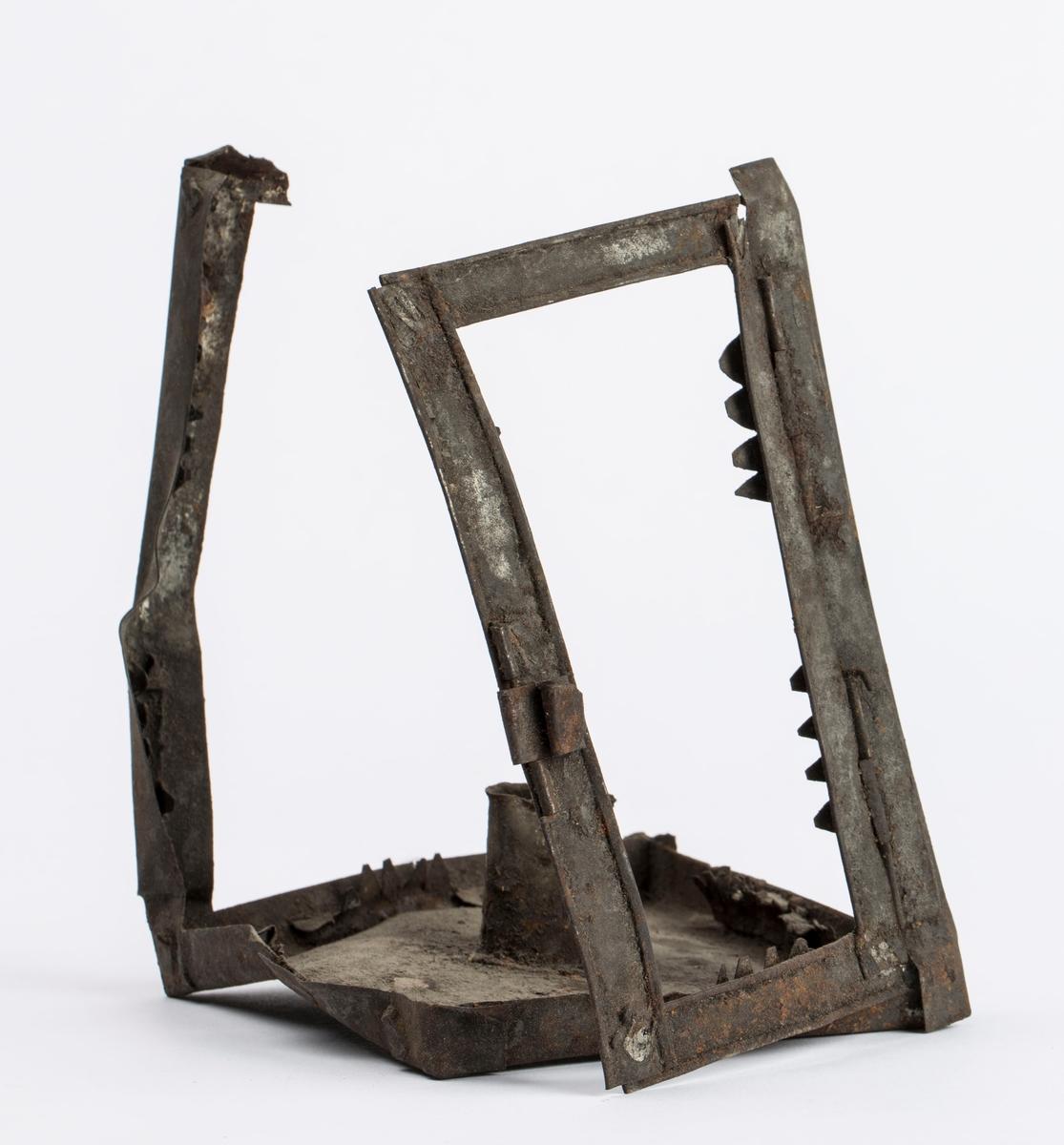 Deler av ei lykt av jern for talglys muligens brukt ved hestetransport i gruva. Ser holder for laglys. Har hatt dør. Mulig lysåpningene har vært dekket med med vom, tarm eller lignende. Består av to deler som har falt fra hverandre.