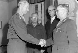 Medaljeoverrekkelse til Musikkløytnant Mostad