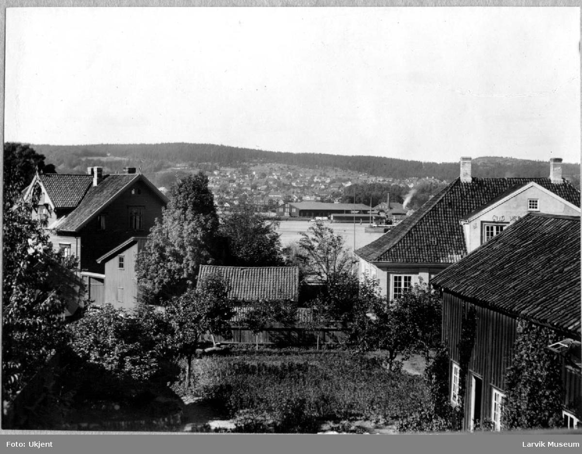 Byprospekt, bygninger, havn. Larvik havn og Langestrand sett fra Tollerodden. Den gamle Tollboden skimtes.