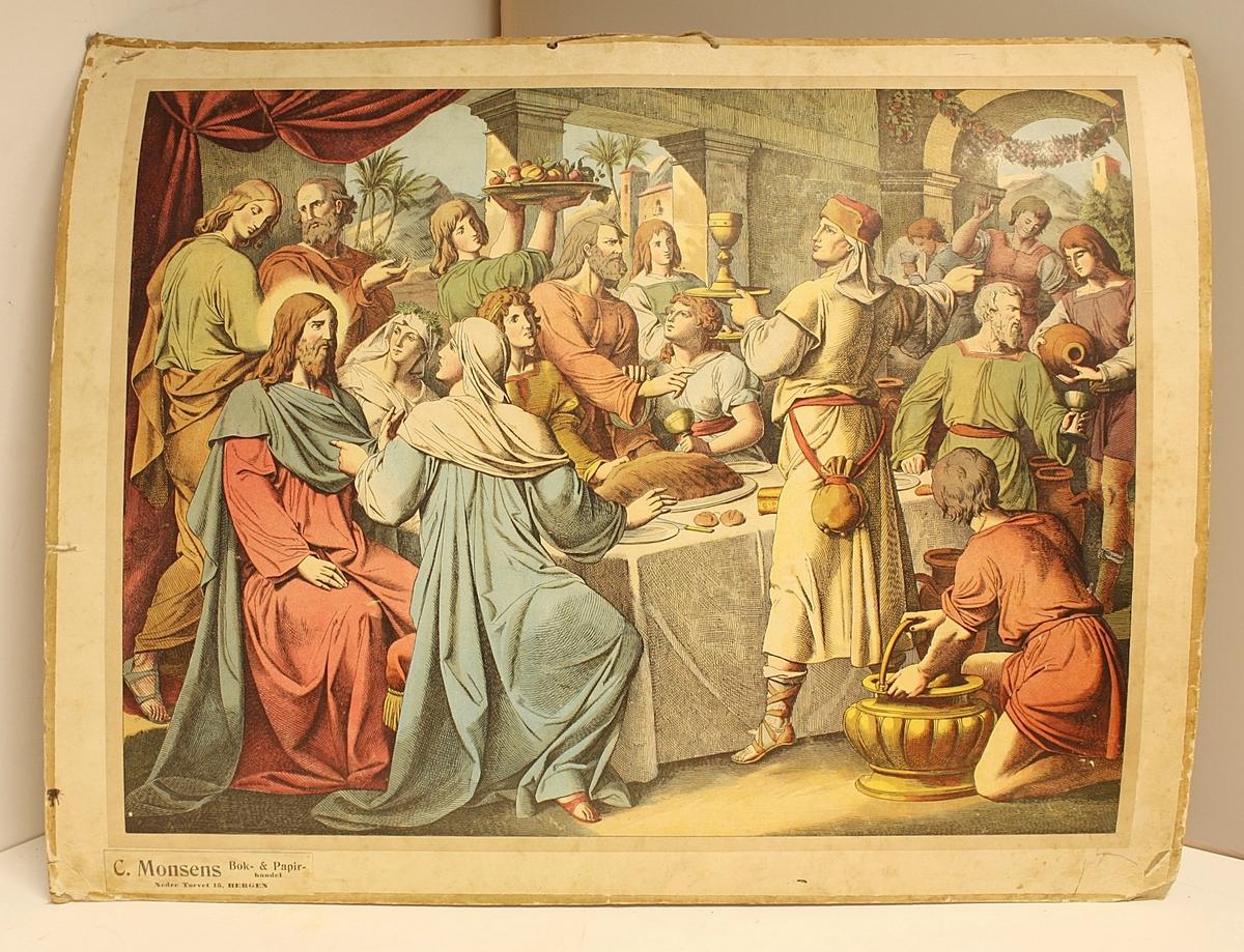Rektangulær plakat. Folkemengde rundt et bord. Mat og drikke serveres. Jesus sitter i høysetet. Hyssing til oppheng. Tegnet med kritt på baksiden.