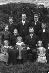 Jakobine og Edvart Jensen med sine barn.  Gunnarheimen i Van