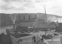 Turistskipet på bildet er RMS Empress of Australia. Skipet b