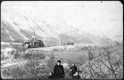 kirke,prestegård,fjell i bakgrunnen,kvinne,barn,