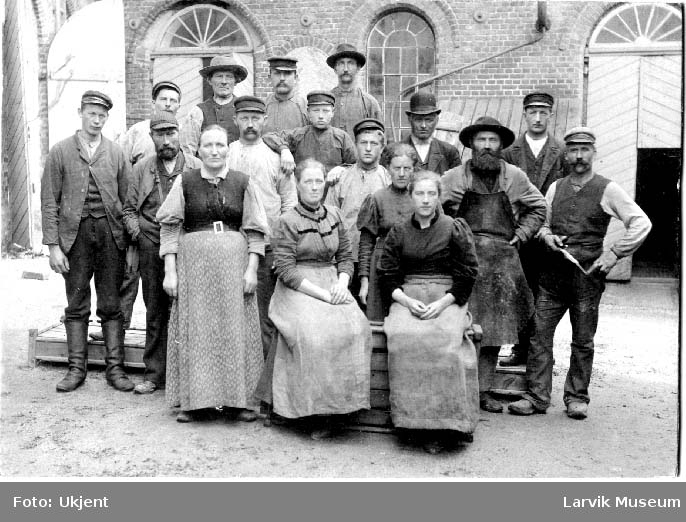 Foran Larviks bryggerier. Arbeidere, kvinner, menn, gutter.
