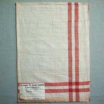 """Vävprov / handduksprov vävt i kypert. Varp i bomullsgarn, inslag i lingarn. Två ränder  i både varp och inslag som bildar en ruta i hörnet. Provet är ihopfäst med ytterligare elva prover (inv. nr 193 - 196, 198 - 204) och har en gemensam etikett med handskriven text: """"Handduksvävar före 1910"""". Provet är även märkt med en påsydd tygetikett med texten: """"Föreningen för Svensk Hemslöjd 12 Biblioteksgatan 12 Stockholm. Litt M. Modell N:o 33.  Till  Bredd  Pris pr mtr"""". Litt M står för duktyg."""