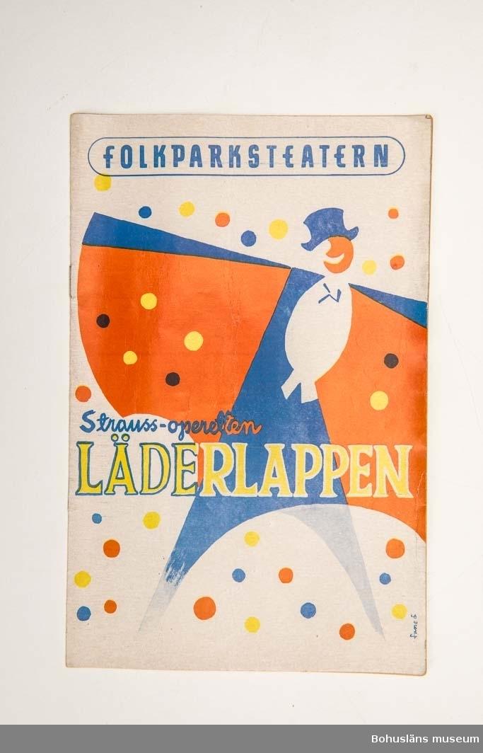 """Tryckt teaterprogram, Folkparksteatern """"Läderlappen"""" 1957. Trefärgat omslag och inlaga 24 sidor sv/v med presentation av föreställningen och den aktuella uppsättningen med dess medverkande, ibland med fotografier. Annonser."""