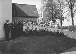 Konfirmander och präst utanför Almunge kyrka, Uppland