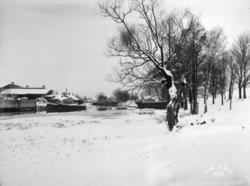 Stångåpromenaden, vinterbild med byggnader och uppdragen båt