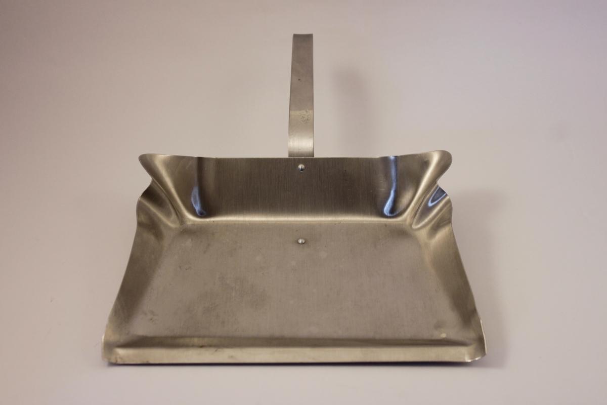 Sopskyffel i rostfritt stål med kort, böjt skaft ( för att kunna hänga upp den) Skyffeln har veckade kanter upptill.