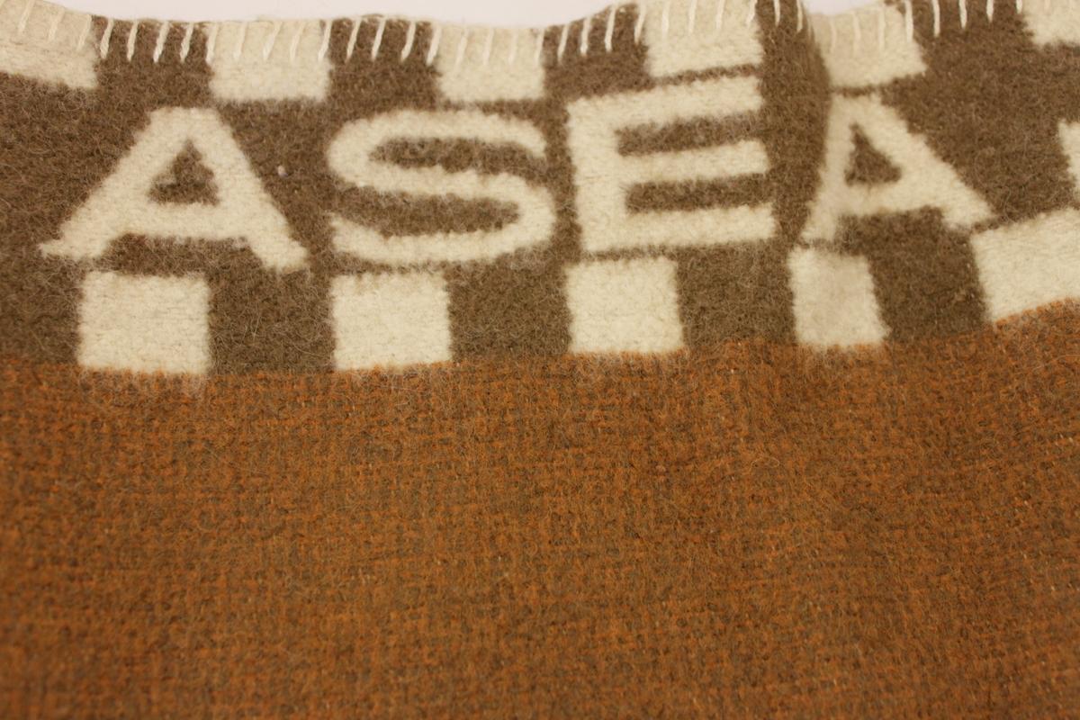 Fyra stycken yllefiltar, randig i olika bruna nyanser med ASEA i vitt vid kortsidorna omgivna av vita rutor. Kastade fållar upptill och nedtill.