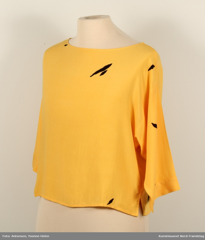 Tigerbukse og bluse: Bukse: Svart, gul, hvit, orange og rødt mønster. Gul bluse.