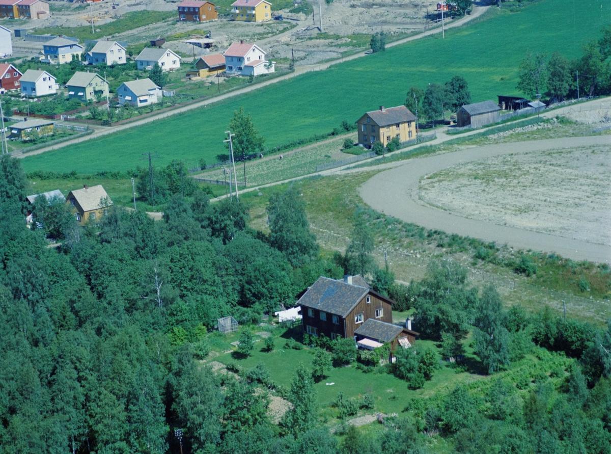 Flyfoto, Lillehammer, bebyggelse. Sigrid Undseths veg nr 16, det brune huset i forgrunnen. Bruket Asklund, ligger ved Gamle Nordseter veg oppe i høyre del av bildet. Bruket forsvant i forbindelse med opparbeidelsen av OL-parken. Nordsetervegen sees i bakkant, med begyggelsen på Randgårdsjordet.