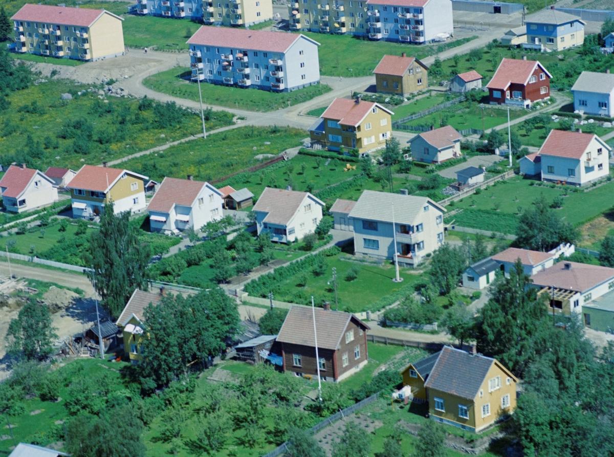 Flyfoto, Lillehammer, bebyggelse. Sigrid Undseths veg går tvers over bildet nederst. På høyre side finner vi fra høyre, nr 22, 24 og 25. På venstre side nr 23, 25, 27 og 29. Helt til høyre i billedkanten bygges kjøpmann Thor Bergsengs filial. Blokkbebyggelsen på Randgårdsjordet i bakgrunnen.