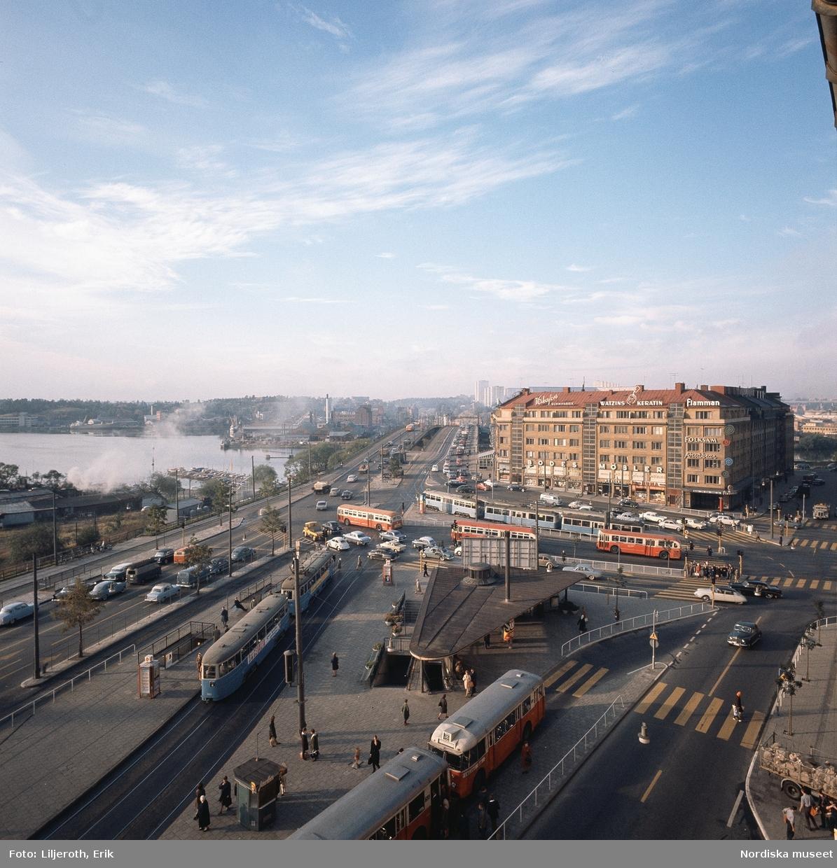 """""""Stockholm"""" . Människor och bilar i vänstertrafik, Hornstull mot Liljeholmsbron och Årstaviken."""