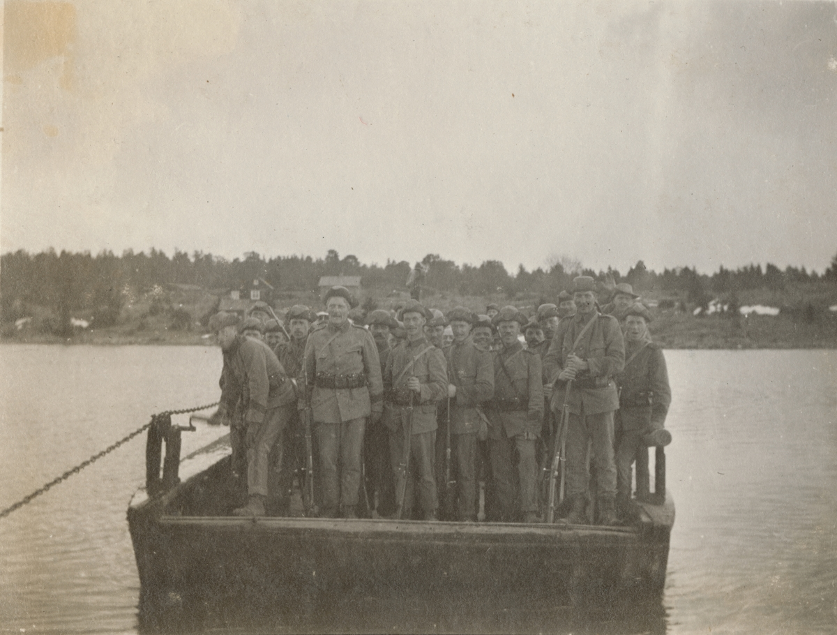 Korsning av vattendrag med färja. Soldater från Göta livgarde I 2 samlade för gruppbild.