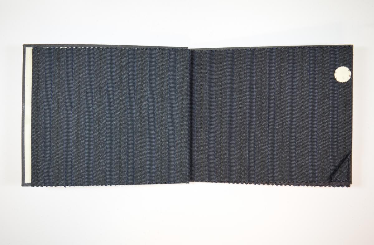 Rektangulær prøvebok med 4 stoffprøver. Relativt tynne stoff med flere typer striper. Stoffene ligger brettet dobbelt i boken slik at vranga dekkes.  Stoffene er merket med en rund papirlapp, festet til stoffet med metallstifter, hvor nummer er påført for hånd. Påskriften på innsiden av forsideomslaget indikerer at alle stoffene i boken har kvalitetsnummer 1550.   Stoff nr.: 1550/1, 1550/2, 1550/3, 1550/4.